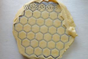 Затем прокатываем тесто скалкой по форме, так чтобы проглядывал узор.
