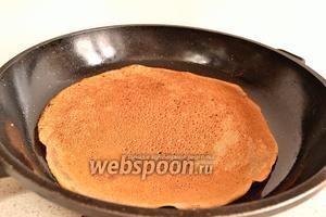 Теперь можно приступать к блинам. Очень хорошо разогреваем сковороду, смазываем растительным маслом. Печём как обычные тонкие блины. Блины получаются тонкими и кружевными. Каждый блин после обжарки смазать сливочным маслом.