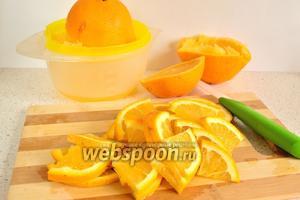 В это время приготовим апельсиновый соус. Для этого из 1 апельсина нужно выжать сок. Второй апельсин нарезать произвольно, можно вместе с цедрой.