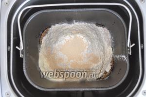 Выложим в ведёрко остывший солод с мёдом добавим оставшуюся часть воды, это 150 мл. Добавим сухие составляющие и поместим ведёрко в печь.