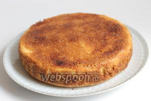 Готовый пирог достаём, дадим отдохнуть немного. Затем переворачиваем его на блюдо. Снимем бумагу. Когда пирог постоит, корочка сверху становится хрустящей! Приятного аппетита.