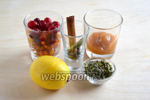Подготовьте необходимые ингредиенты: мёд, воду, травяной сбор (листья малины, листья смородины, мяту и мелиссу), клюкву, облепиху, специи и лимон. Выбирайте лимон с тонкой корочкой, тогда можно не бояться, что напиток будет горчить.