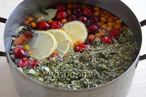 Залейте все ингредиенты для сбитня холодной водой.