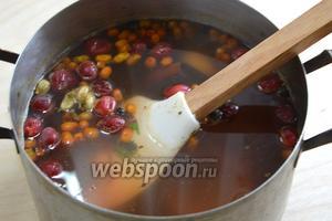 Доведите до кипения, тщательно размешайте мёд и кипятите на маленьком огне 10-15 минут.