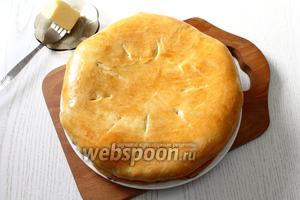Горячие хачапури с мясом смазать сливочным маслом и можно подавать к столу. Приятного аппетита!