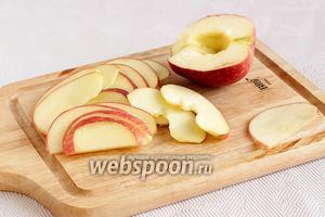 Яблоки тщательно вымыть, разрезать на 4 части, очистить от внутренностей и нарезать очень тонкими ломтиками.