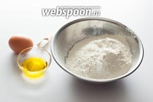 Для теста нам потребуются мука, яйцо, оливковое масло, соль и вода. Воду на фотографию нарочно не ставлю, чтобы не сбивать с толку — её добавляют не всю сразу, а по ложечке, пока тесто не достигнет желательной консистенции.