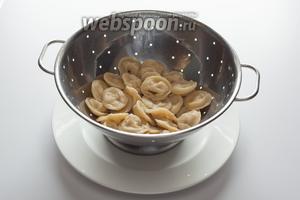 После варки их извлекают из бульона и окатывают горячей водой.