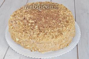 Обмазать верх и бока торта кремом и посыпать крошкой верх и бока торта. Натереть немного шоколада на верхушку торта. Поставить торт в холод на 4 часа. После чего торт готов.