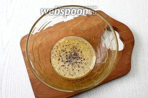 К соку с цедрой добавить масло, мёд, соль и перец молотый, перемешать.