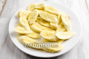 Бананы помыть, очистить, нарезать дольками. Взбрызнуть соком половины лимона.