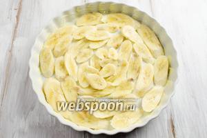Форму смазать сливочным маслом. Выложить подготовленные дольки бананов на дно формы.