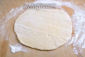 Разделите тесто на 4 равные части. Раскатайте в каждую часть в круг. Толщина лепёшки примерно 3 мм., диаметр —около 22 см.
