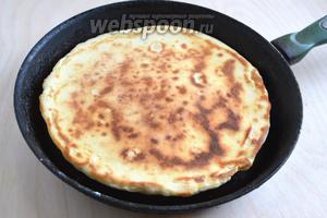 Обжаривайте хачапури на сковороде с двух сторон на небольшом огне на сливочном масле.