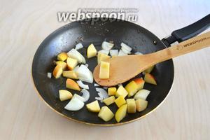 На сковороду положите кусочки яблока и лука, слегка обжарьте минуты 4.