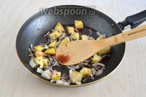 Влейте портвейн и прогрейте уже на среднем огне минуты 3. При желании яблоки и лук в портвейне можно фламбировать.