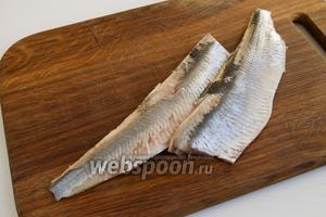 Сельдь выпоторошите, промойте, разделайте на филе, максимально удалив кости.
