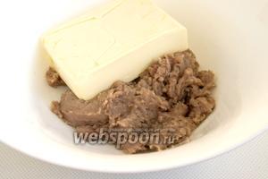 Измельчите кусочки сельди в блендере до получения относительно однородной массы. Переложите в миску, добавьте мягкое сливочное масло.