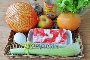 Для салата потребуется помело, грейпфрут, мясо краба, яблоко, сельдерей, яйца, масло оливковое, листовой салат, соус устричный, лук синий. Яйца поставьте сразу варить вкрутую.
