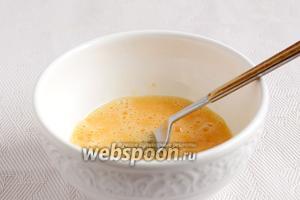 Яйца слегка взбить вилкой вместе с молоком. Посолить и поперчить по вкусу.