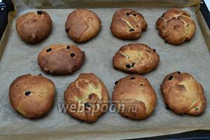 Готовые булочки вынуть из духовки и дать им остыть. На этом фото видно, что мои булки получились несколько пухлые. Мне бы хотелось, чтобы они были более плоские, чтобы «глазунья» на них смотрелась более натурально.:)