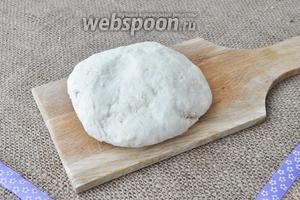 Готовое тесто можно сразу раскатывать. Тесто крутое, можно катать на машине для пасты.