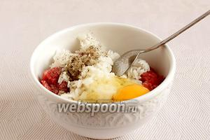 Говяжий фарш смешать с отварным рисом, добавить яйцо, черный перец и соль. Размешать.