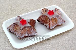 На остывшие пирожные нанести помадку и украсить фигуркой из мармелада или цукатами.