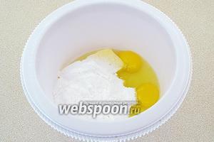 В чашу миксера выложить размягчённое сливочное масло, яйца и просеянную сахарную пудру.