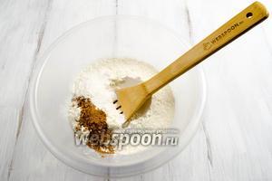 Муку просеять. Добавить разрыхлитель и пряности: мускатный орех и корицу. Перемешать.