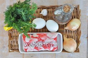 Для омлета потребуется крабовое мясо, яйца, молоко, лук, масло растительное, немного укропа, лист салата для подачи, лук и чеснок.