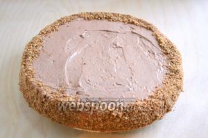Бока торта так же обмажьте кремом и обсыпьте оставшимися орешками.