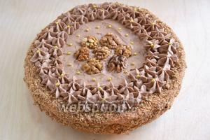 Украсьте верх торта отложенной порцией крема и уберите в холодильник на 3-4 часа. Подавайте к чаю или кофе. Приятного аппетита!