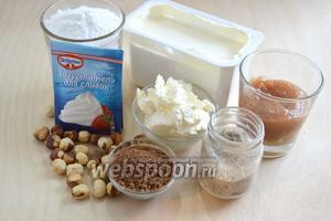 """Подготовьте ингредиенты для крема  украшения. Нам понадобятся: жирная сметана (33-42%), сливочный сыр (""""филадельфия"""" или другой сыр сыр того же сорта), персиковый джем, обжаренные лесные орехи, какао-порошок, ванильный сахар , сахарная пудра и пакетик закрепителя, рассчитанный на 0,2 л крема."""