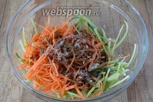 Соединяем морковь в черемшу. Добавляем соль и острые специи для моркови по-корейски. Слегка перемешиваем.