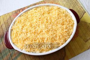 Уложить в 3 раз лаваш. Полить оставшимся соусом и посыпать тёртым сыром.