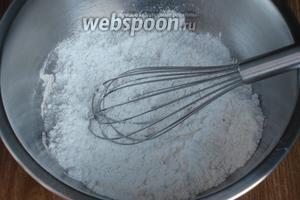 Добавить растопленное сливочное масло, сахар, 1 ч. л. лимонной цедры, коньяк и перемешать венчиком.