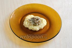 Разделите тесто на 8 частей (по 2 шт. на порцию),  сформируйте 8 котлет, в середину положите по 1 ст.л. грибной начинки.