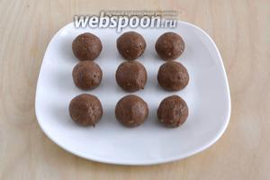 Скатайте из шоколадной массы шарики размером с грецкий орех. Получится примерно 10-12 шт.