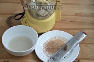 Сухие дрожжи растворить в тёплой воде. Бананы очистить, смолоть в блендере. Мускатный орех измельчить