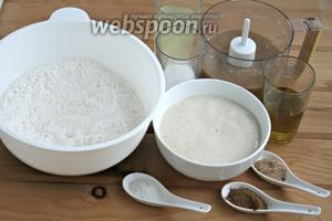 Через 15 минут дрожжи выросли, будем замешивать тесто. В миску просеять муку, не забыть пряности и соль.