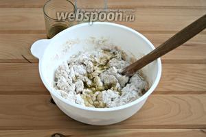 Замешивать тесто ложкой, добавляя попеременно сыворотку и оливковое масло.
