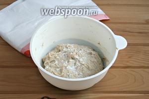 Домесить тесто рукой, пока оно не станет отставать от стенок миски.