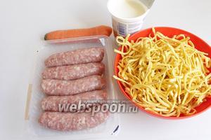 Итак берём макароны любые, сосиски, морковь, сливки, лук. Для бульона берём кубик овощной.