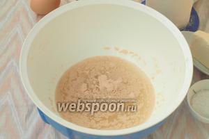 В тёплый картофельный отвар добавить дрожжи и сахар, оставить на 10 минут пока дрожжи запенятся.