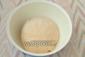 Если потребуется подсыпаем ещё муки. Замешиваем мягкое тесто и оставляем его на 1 час в тёплом месте для подъёма.