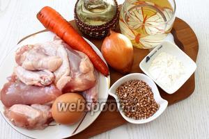 Для приготовления возьмите курицу, воду, гречку, картофель, лук репчатый, морковь, масло растительное, яйцо куриное, муку пшеничную, овощную приправу, соль, лавровый лист и свежий укроп.
