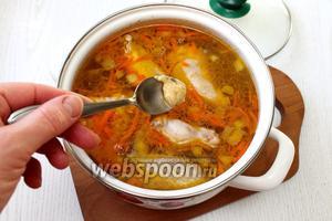 Затем выложить зажарку. С помощью чайной ложки набирать небольшое количество теста и опускать в кипящий суп. Ложка должна быть предварительно смочена водой, чтобы тесто легко сходило с неё.