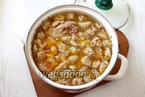 Варить суп на маленьком огне ещё 10 минут. Посолить по вкусу.
