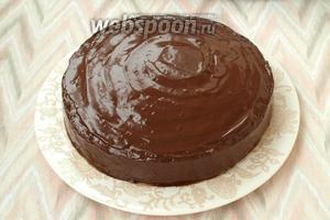 Торт покрыть глазурью со всех сторон. Затем обсыпать оставшейся крошкой с коржей бока торта. Оставить торт на ночь для пропитки. Украшать торт по желанию. Приятного аппетита!